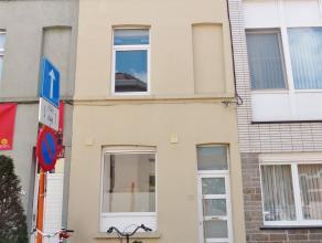 Gent, Hortensiastraat 59: recent gerenoveerde rijwoning. Omvat: inkomhal, ruime leefruimte met zonnig terras, nieuwe keuken met aansluiting wasmachine