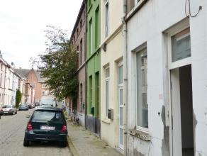Gent, Tarwestraat 43: leuke rijwoning. Omvat ruime leefruimte, keuken en badkamer met douche, lavabo en toilet, op het 1e verdiep 2 ruime slaapkamers,