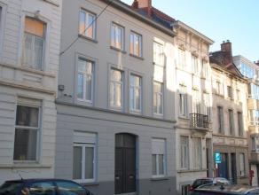 Ruime gerenoveerde woning met 3 slaapkamers, zeer goed gelegen tussen de Kortrijksesteenweg en het Citadelpark, vlakbij het Sint-Pietersstation. Het g