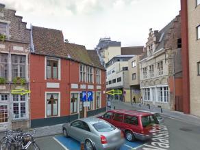 Deze karaktervolle en prachtige gerenoveerde woning is gelegen vlakbij de Vrijdagsmarkt en bestaat uit op het gelijkvloers een living met prachtige 17