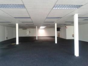 Instapklare baanwinkel ca 420m² met commerciële ligging langs baan Gent-Eeklo (N9), nabij talrijke grote handelszaken. Grote zichtbaarheid m