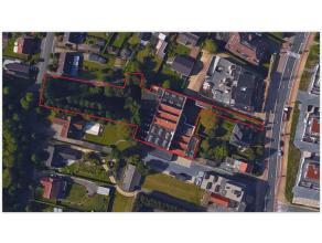 TE KOOP magazijn met kantoren (2.421 m²) op een perceel van 1.823 m², en residentiële bouwgrond met een opp. van 1.423 m², gelegen