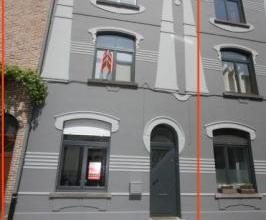 Frisse en lichtrijke rijwoning in St - Amandsberg. Grotendeels gerenoveerd. De woning is ingedeeld als volgt : Gelijkvloers : inkomhal met trappenzaal