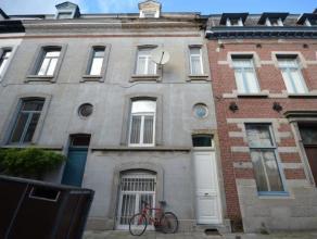 Uitermate ruimtevolle burgerswoning met een heerlijke stadstuin gelegen in de Reginald Warnefordstraat in het hart van Sint-Amandsberg centrum, te voe