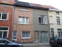 Centraal gelegen woning met 3 slaapkamers en terras op 80 m². Via de inkomhall komt u in de lichtrijke leefruimte met geïnstalleerde keuken