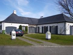 Mooie ruime villa met 3 slaapkamers en garage op 808 m², prachtig en rustig gelegen in Mariakerke. Het betreft een open bebouwing en alles bevind