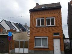 Instapklare half open bebouwing met 3 ruime slaapkamers en tuin, centrale ligging in Wondelgem. Indeling: via de inkomhall komt u binnen in de leefrui