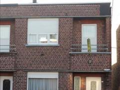 Deze half open bebouwing op een perceel van 212 m2 met een recht van doorgang, heeft volgende indeling: op het gelijkvloers de inkomhal, een ruime zit