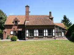 Strategisch gelegen karaktervolle villa nabij het centrum van Drongen, in een residentiele woonomgeving. Deze woning heeft een erg praktische indeling