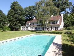 Residentiële villa met grote tuin en zwembad, vlakbij op- en afrit snelweg, openbaar vervoer, winkel en scholen en dichtbij  centrum Gent, maar t