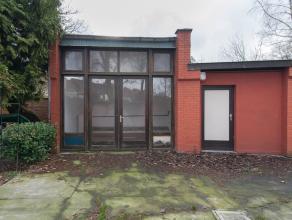 Kantoorruimte of atelier gelegen achter het appartementsgebouw te Sint-Amandsberg, Adolf Baeyensstraat 194. Het gebouw bestaat uit een inkom, 2 ruimte