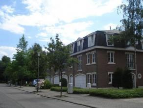 Villa 2 façades avec 3 niveaux : Rez de chaussée : garage, sas, vestiaire, cuisine équipée, séjour (sol : dalles de