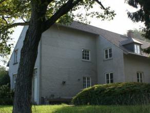 Superbe maison situé sur une propriété de campagne privée de 26 ha, surplombant une vallée avec verger. Enti&egrave