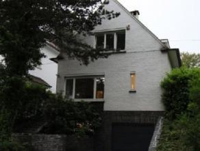 Uccle: dans une avenue tranquille et arborée à 2 pas du Dieweg, des écoles et des transports en commun, belle villa 4 faça