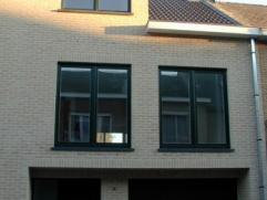 Recente instapklare bel-etage woning met tuin. Deze woning omvat : inkomhal, berging, wasplaats en garage voor 2 wagens. 1 verdiep : living van 40 m&s