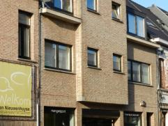 Mooi gelegen instapklaar knus appartement op de tweede verdieping. Dit appartement omvat : inkomhal, gezellige living, modern ingerichte keuken, bergi
