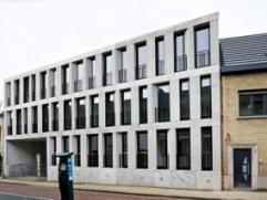 Mooi exclusief hoogstaand uiterst strak modern luxueus ingericht appartement met terras en staanplaats. Uniek concept met doordachte architectuur die