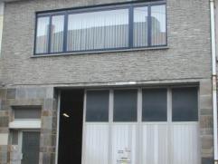 Centraal gelegen zeer ruim appartement met super groot terras. Dit is appartement is gelegen op de eerste verdieping en omvat : Inkomhal met vestiaire