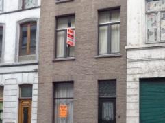 Verzorgde te renoveren stadswoning met 4 slaapkamers en stadstuin nabij het Bijgaardepark. Deze woning omvat : Inkomhal, voorplaats (6,76 m²) met