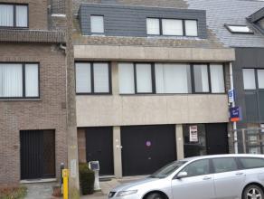 Mooi gelegen gelijkvloers appartement met terras en privé tuintje. Dit appartement omvat : Inkomhal, aangename ruime living, nieuw ingerichte k