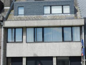 Mooi gelegen woning type bel-etage met terras.Deze woning omvat :inkomhal en garage voor 1 wagen.1everdiep : hall, aangename zeer ru