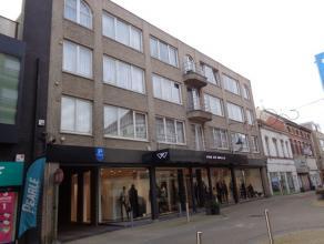 Mooi gelegen appartement op de tweede verdieping boven Kledingszaak VAN DE WALLE. Dit appartement omvat : Inkomhal, toilet, aangename living, ingerich