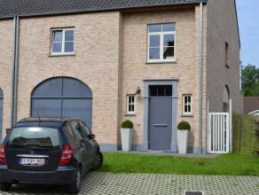 Zeer mooi en rustig gelegen instapklare eigentijdse driegevel woning met tuin en garage.Deze zeer recente woning omvat :inkomhal, toilet met lavabo, v