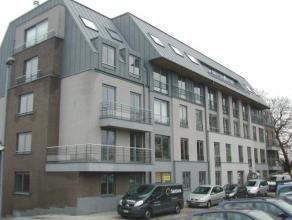 Zeer mooi gelegen instapklaar gelijkvloers appartement. Dit appartement omvat : inkomhal, living van 20 m², ingerichte open keuken uitgerust met