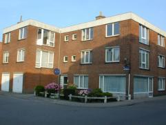 Mooi en rustig gelegen appartement op eerste verdieping. Dit appartement omvat : inkomhal, living van 25 m², ingerichte keuken voorzien van kookp