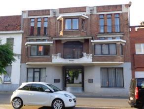 Gezellig appartement gelegen op 1 verdieping aan rechterkant van gebouw. Dit appartement omvat : inkom, ruime lichtrijke living (40 m²) met plank