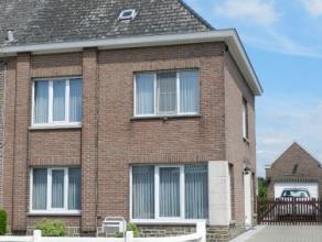 Interessant gelegen instapklare driegevel woning met mooie tuin en garage.Deze woning omvat :inkomhal, living met sierschouw, ingerichte keuken