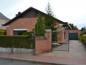 Bijzonder rustig gelegen alleenstaande bungalow met tuin en garage. Deze woning omvat : inkomhal, ruime living met sierschouw en vast tapijt, veranda,