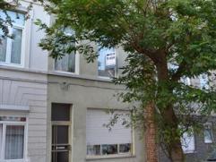 Deze woning heeft grote troeven : ruime trappenhall, mooie brede plankenvloeren in goede staat, dubbele beglazing, nieuw aangelegde cv op gas, en een