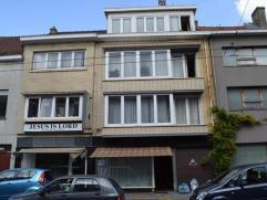 Dit gebouw met betondecks en stenen trap herbergt 3 vergunde appartementen 2slaapkamers, 1 duplexappartement met 2 slpk, 1 winkel met achterbouw en 5