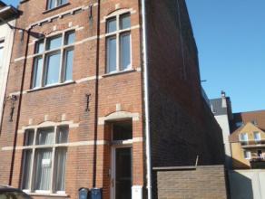 Dit gelijkvloers appartement met 2 slaapkamers op de 1e verdieping ligt achterin een gebouw met 4 woonsten. Lange living met zicht op de koer, keuken,