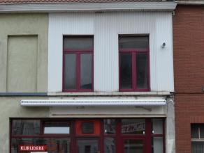 In deze drukke commerciële straat is het pand momenteel ingericht als café en er is een aparte ingang (en huisnummer) voor een appartement