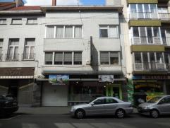 Handelszaak/winkel + magazijn (+-380m²) + grote woonst (duplex +-170m²) op TOPLIGGING in Ledeberg.  Gelijkvloers:  Winkel met berging + t