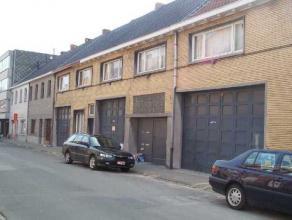 Sint-Niklaas, Moerlandstraat 182. Centraal gelegen magazijn te huur nabij invalswegen, geschikt voor stallen van grote voertuigen. Grootte: ong.740 m&