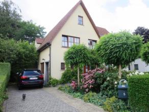 Hortensiastraat 5 te Sint-Niklaas. Mooi gelegen instapklare half-open bebouwing met inkomhal, living zicht op tuin, ingerichte keuken met alle toestel
