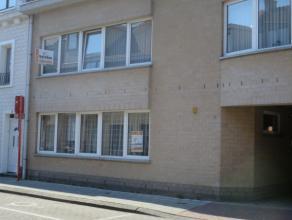 Sint-Niklaas, Blokmakerstraat 10 bus 1. Centraal gelegen gelijkvloers appartement met inkomhal, living met open ingerichte keuken met toestellen (damp