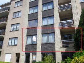 Heidebloemstraat 32 te Sint-Niklaas.Aan de stadsrand gelegen ruim appartement met inkomhal, ruime lichtrijke living, ingerichte keuken met dampkap, te