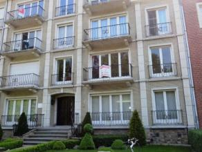 Parklaan 43 bus 1 te Sint-Niklaas.In het centrum gelegen appartement (1e verd, lift aanwezig) met inkomhal, lichtrijke living met zeer ruim zicht op h