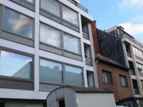 Kasteelstraat 133 bus 4 te Sint-Niklaas.In het centrum gelegen lichtrijk appartement (4e verd) met inkomhal met ingemaakte kast, lichtrijke living met