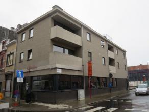 Kokkelbeekstraat 89 bus 4 te Sint-Niklaas.In het centrum gelegen zeer ruim en instapklaar appartement (2e verd.) met inkomhal, ruime living, open inge
