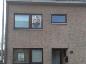 Moleken 48 te Sint-Niklaas.In het centrum gelegen ruime halfopen bebouwing  met op het gelijkvloers inkomhal, gastentoilet, open ingerichte keuken met