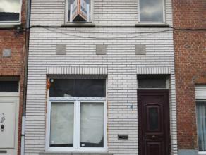 Schoolstraat 15 te Sint-Niklaas.In het centrum gelegen, gerenoveerde en instapklare rijwoning met inkomhal, living, open ingerichte keuken met toestel