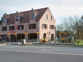 Ruim restaurant met woonst op een perceel van ongeveer 1500 m². De directe nabijheid van een recreatiedomein, invalswegen, openbaar vervoer en in