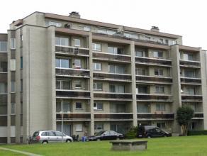 Appartement op gunstige ligging, rustig doch nabij het centrum van Beveren. Indeling: inkomhal met vestiairekast, toilet, living met veel daglicht en