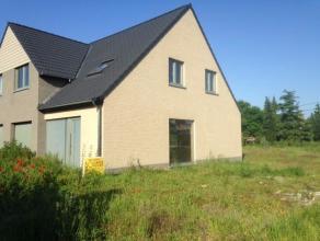 Landelijk gelegen nog te bouwen winddichte halfopen bebouwing met 3 slaapkamers in nieuwe verkaveling! Deze woning biedt U veel licht en ruimte en is