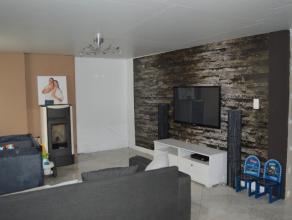 Rustig gelegen, grotendeels gerenoveerde en gezellige woning met 2 slaapkamers (mogelijkheid tot derde slaapkamer of dressing), badkamer beneden met l